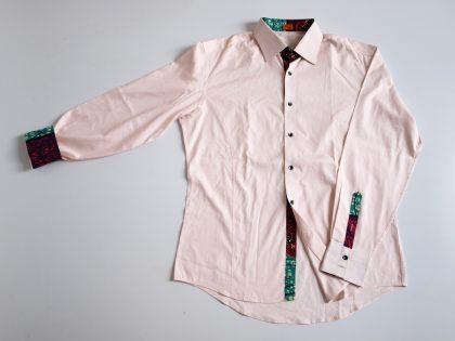 Chemise en popeline de coton avec biais, pattes de boutons et pattes de manches en wax