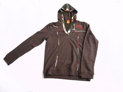 Sweatshirt avec capuche (hoody) 100% coton avec broderie logo et biais en wax hollandaise.
