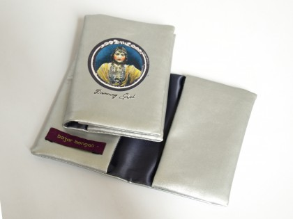 Porte carte en rexine avec doublure polyester.