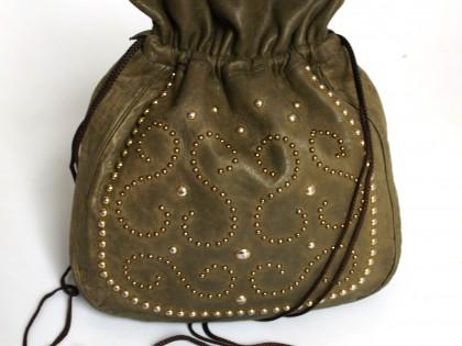 sacoche en cuir de vachette véritable avec ornements posés à la main.