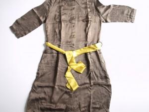 Robe boutonnée en satin de soie avec ceinture contrastée